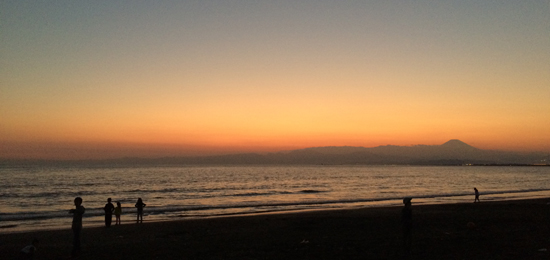 海岸の夕暮れ 富士山